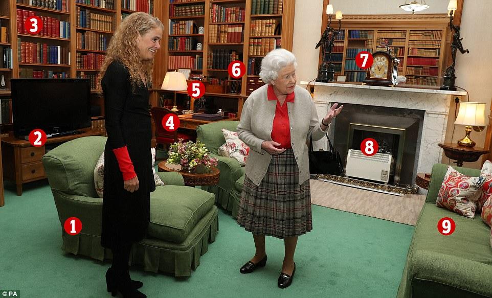 Королева принимала генерал-губернатора Канады Жюли Пейетт в библиотеке поместья. Давайте подробно ра