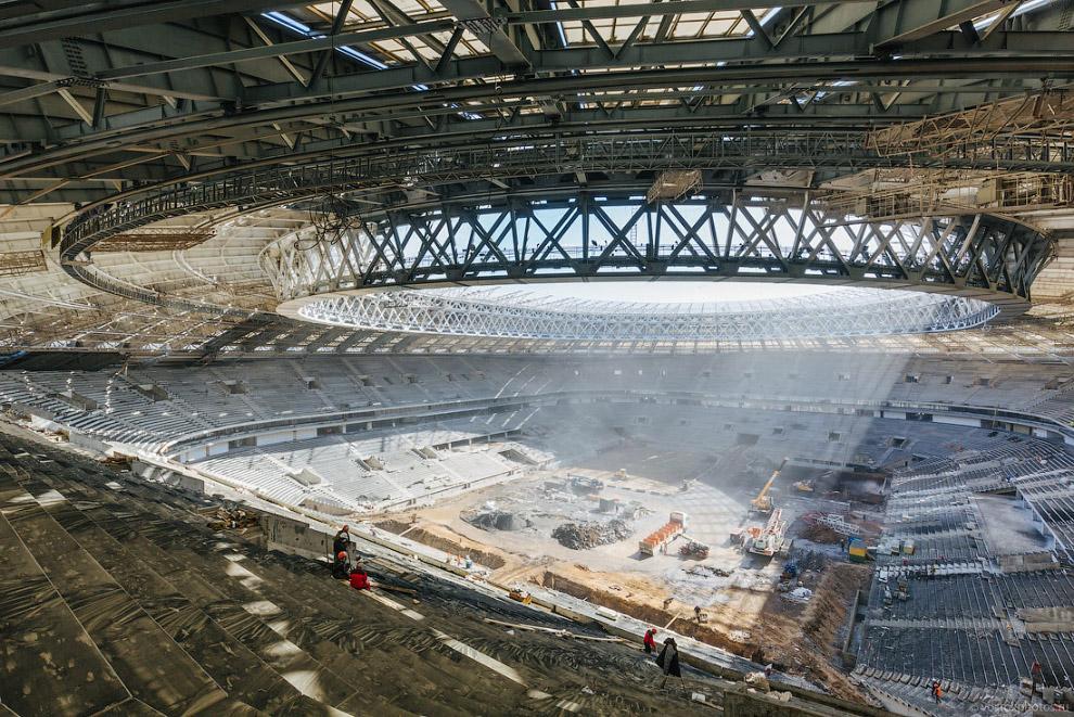 6. Старую крышу площадью 230 тыс. м 2 пескоструят и обрабатывают антикоррозийным покрытием. В 2016 г
