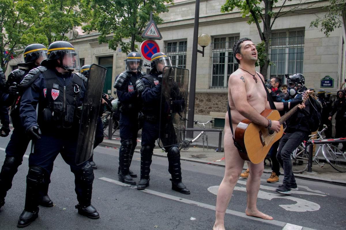 Я вам чего-нибудь спою: Голый музыкальный протест посреди парижских улиц