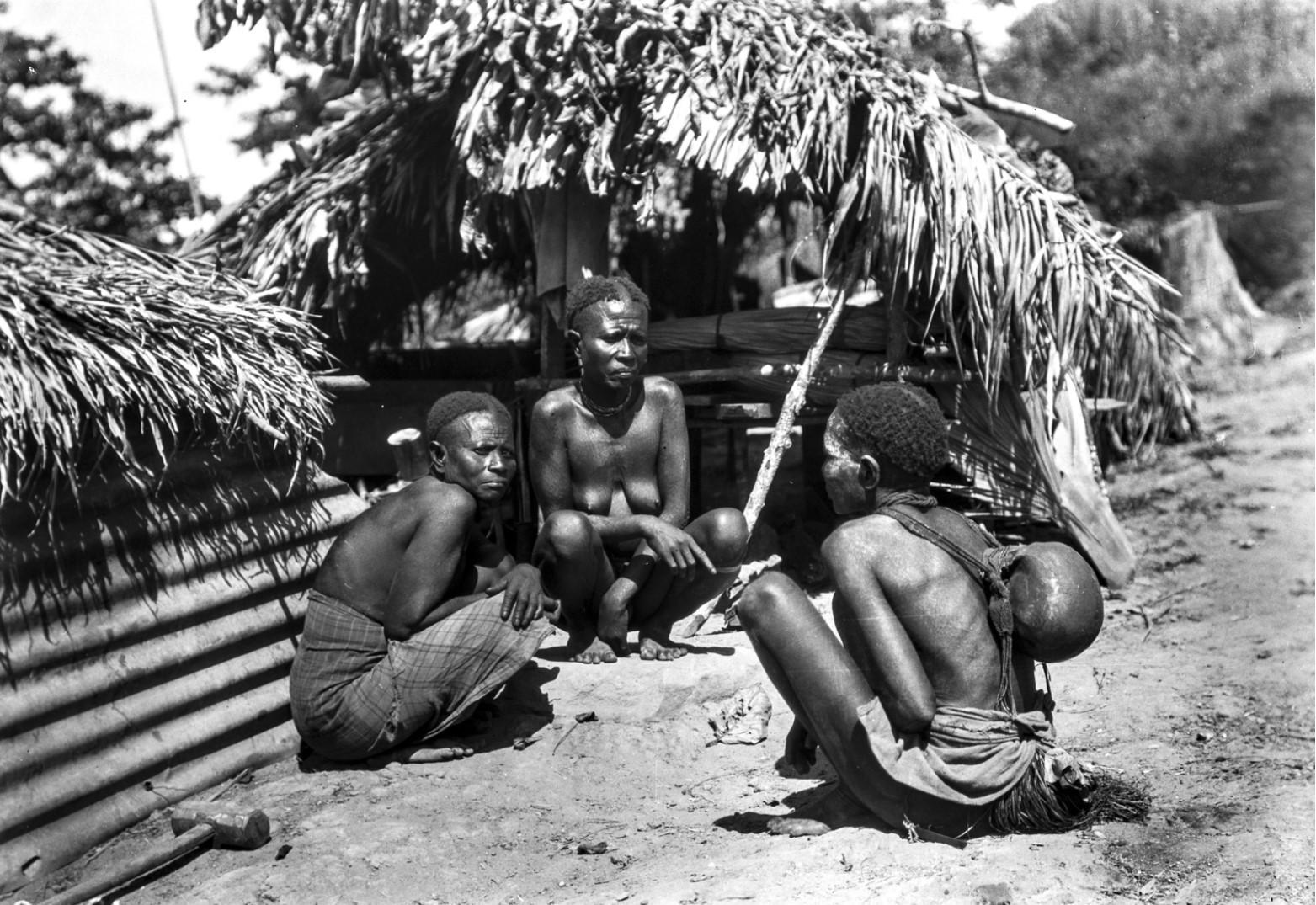 1263. Три женщины на корточках перед хижиной
