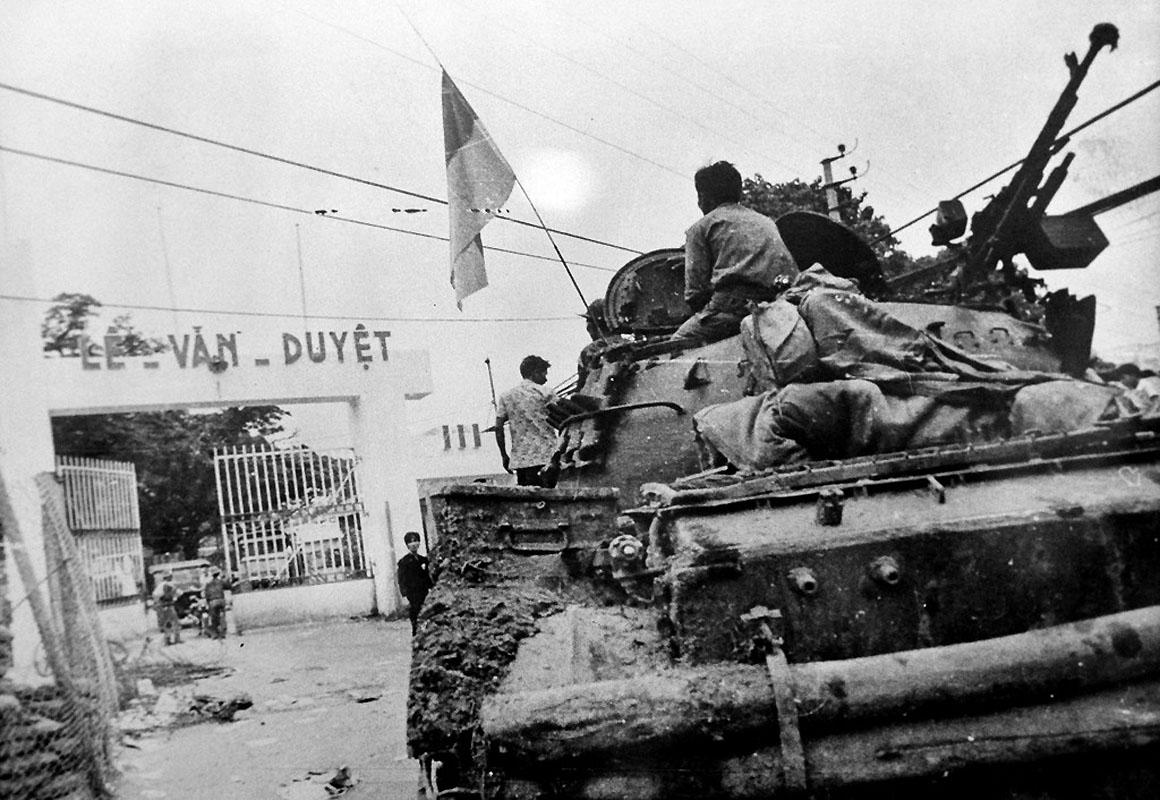 Занимая штаб-квартиру южно-вьетнамской армии. 30 апреля