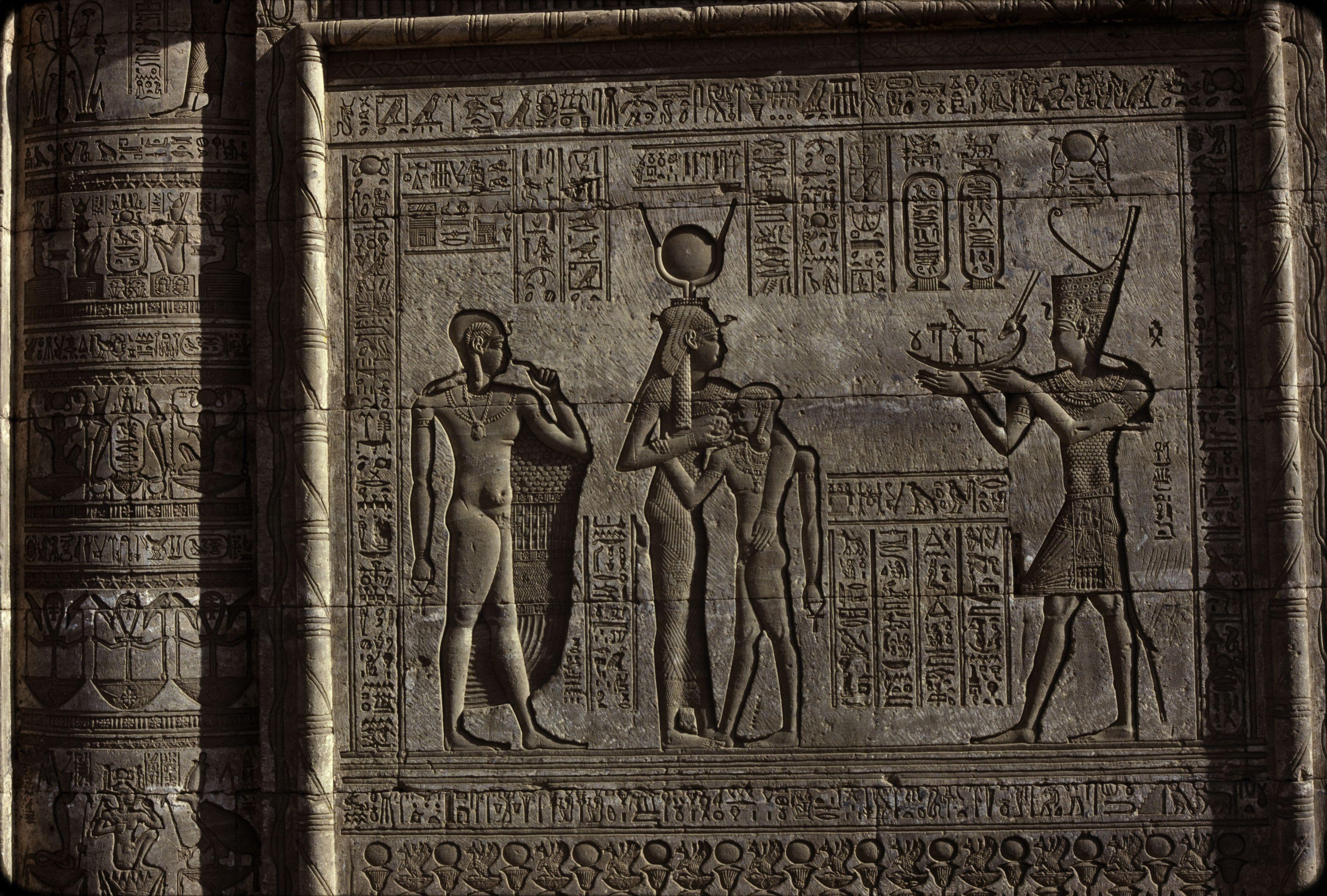 Дандара. Храм Хатхор.  Хатхор и её сын Ихи (слева Хор)