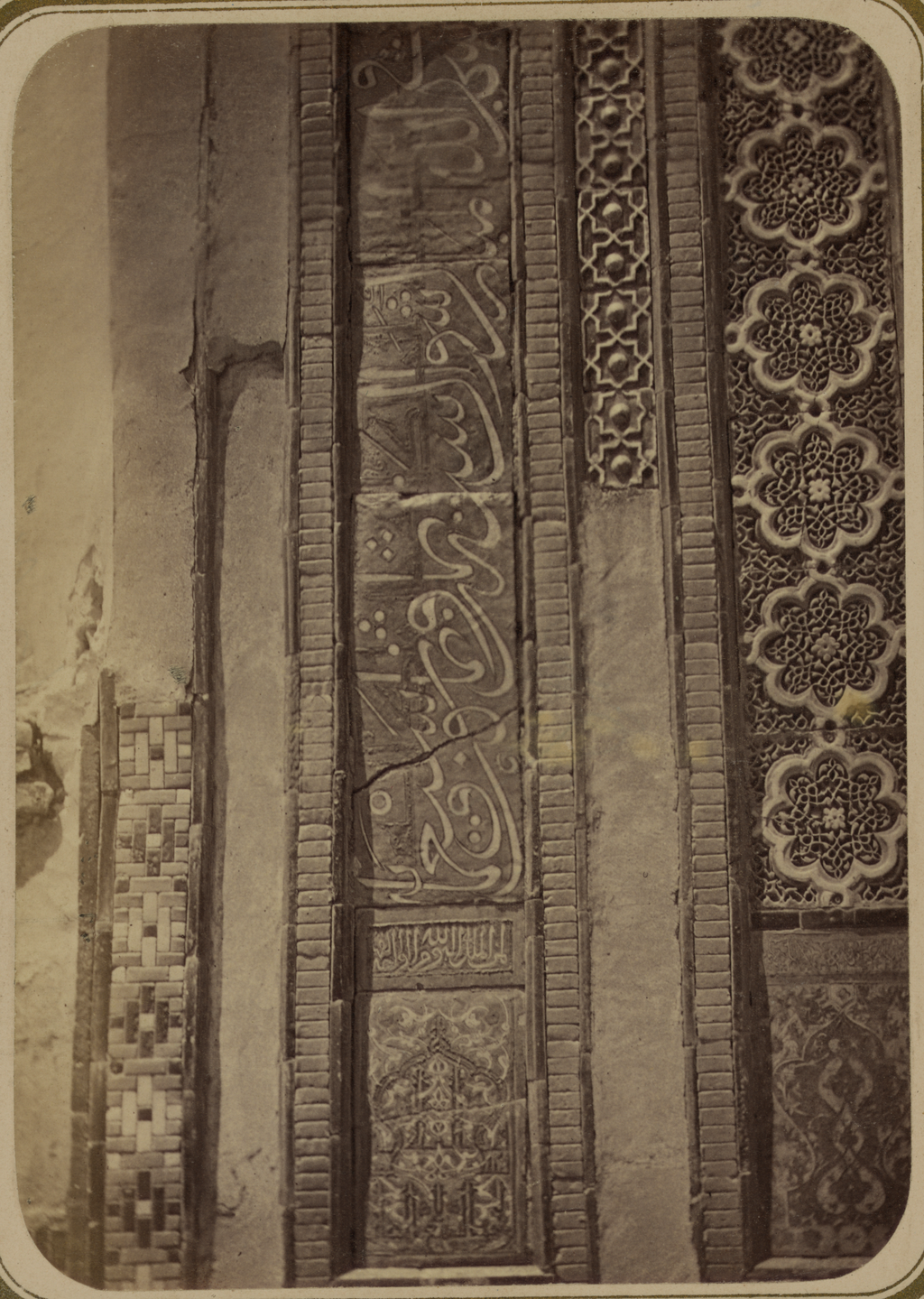 Мавзолей эмира Хуссейна. Надпись на левой стороне фасада (низ)