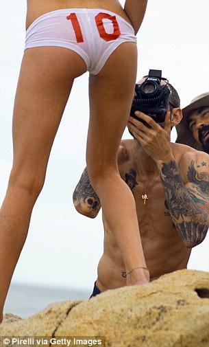 В 2001 году модель Лискула Коэн снималась для Vogue: Ричардсон полностью разделся сам, попросил ее с