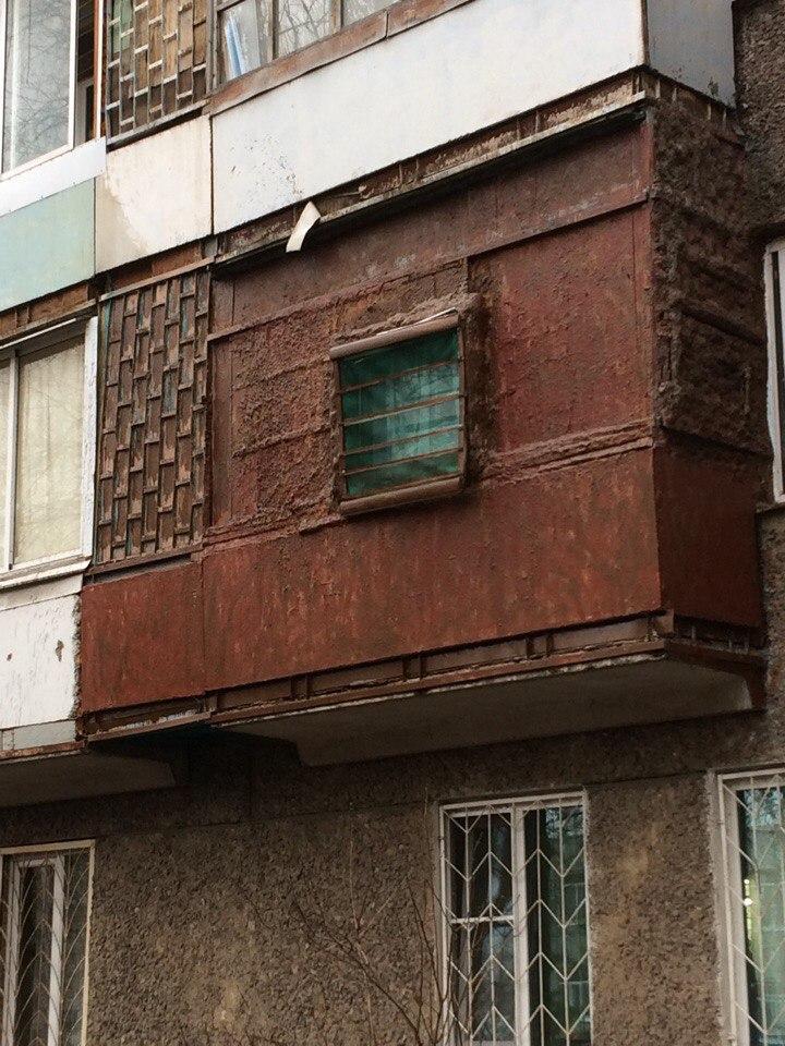Хозяйка воронежской квартиры сделала на балконе темницу (1 фото)