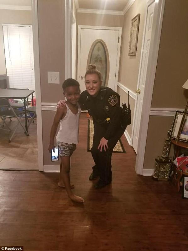 Полицейские «задержали» Гринча — похитителя Рождества после звонка 5-летнего мальчика в 911 (3 фото)