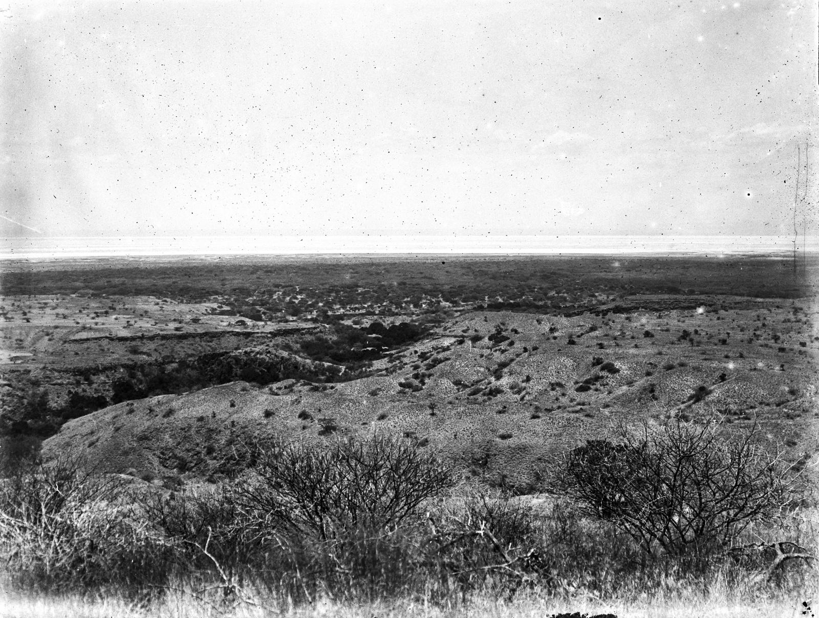 34. Пустынный ландшафт степи на фоне озера Натрон