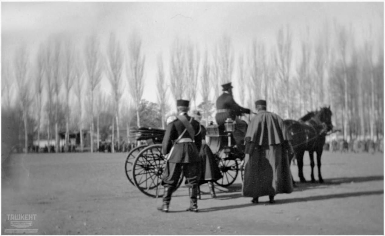 Генерал-губернатор Туркестана входит в свой экипаж на плацу перед Спасо-Преображенским собором