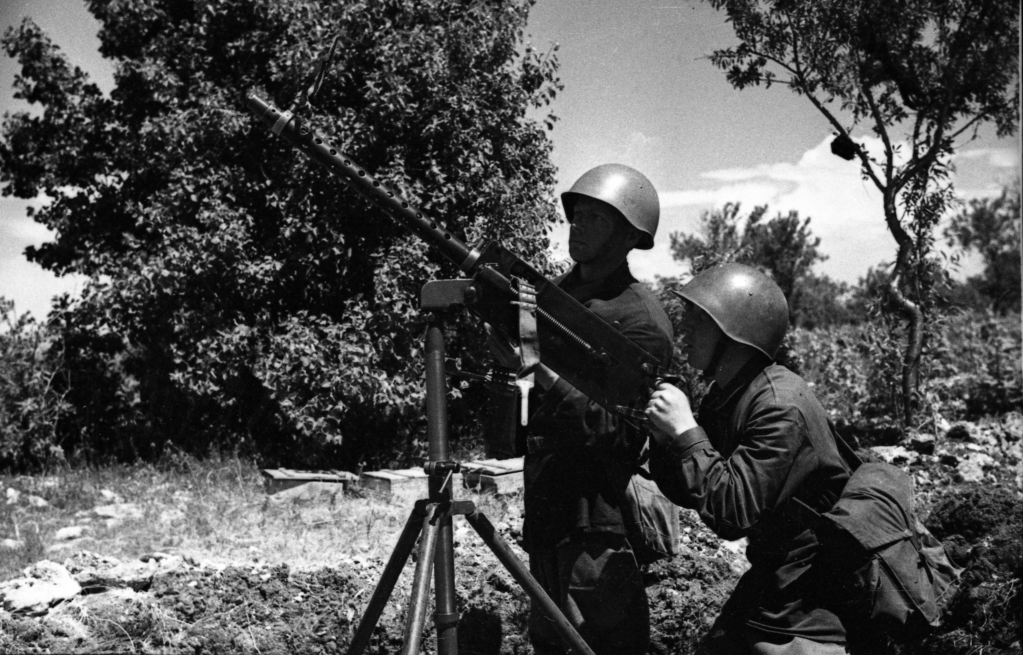 03-5593793-efrejtor-pasichnik-a.i.-i-krasnoarmeets-girin-zenitchiki-pulemyotchiki-pvo-pa-sbivshie-v-iyune-1942-g.-dva-nemetskikh-samolyota.06.42-g.jpg