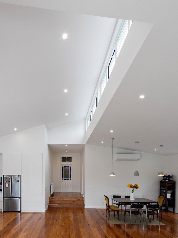 Модернизация и расширение старого дома в Мельбурне части, Данный, Интерьер, медового, дерево, комод, серый, белого, преобладанием, тонах, приглушенных, выполнен, архитектуры, дымчатосерый, жилой, индустриальной, сочетанию, слуховые, Небольшие, зданием