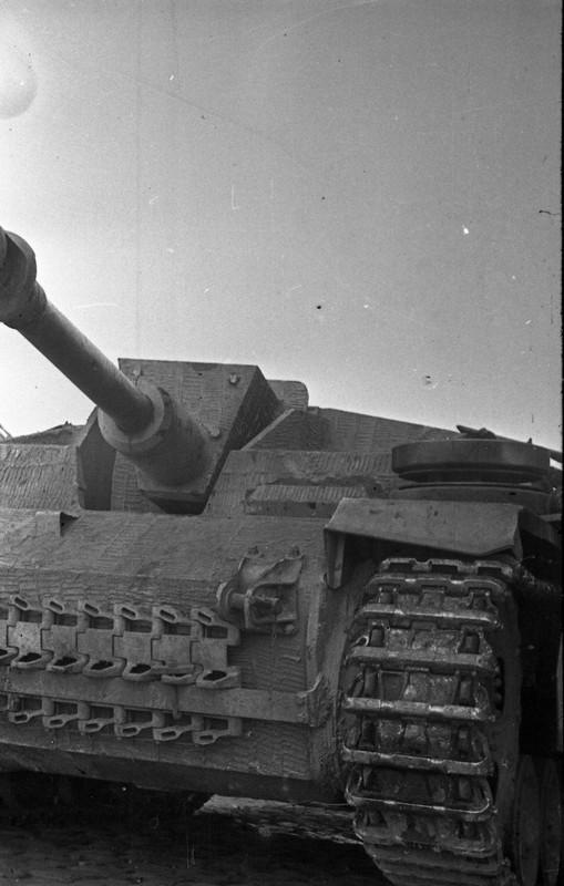 122 мм самоходная артустановка 1452 самоходного артполка 2 гв. армии на улице освобождённой Евпатории.jpg