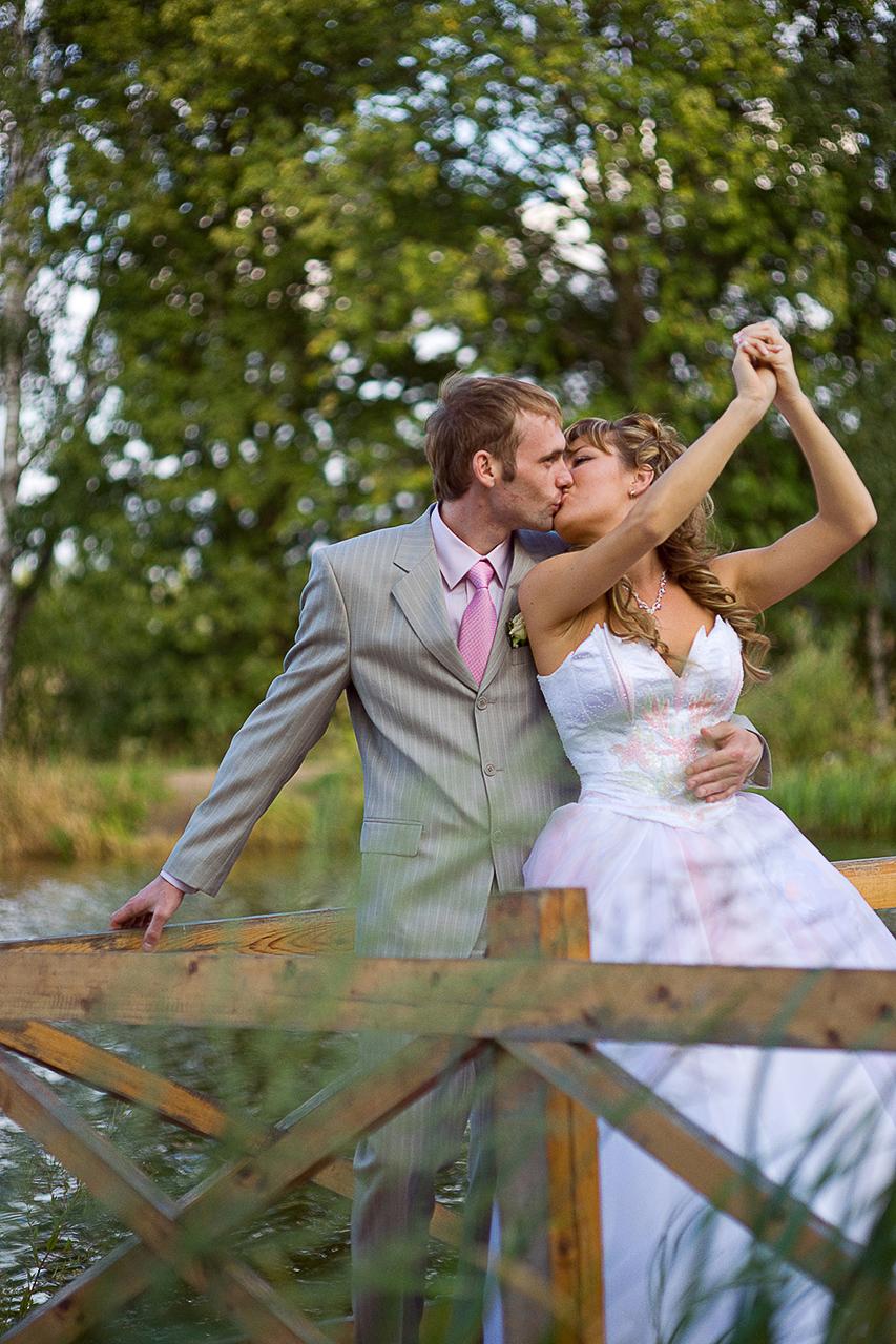 Если вам подходит то, что показывает фотограф, но не очень нравится цена — это уже вопрос другой. Заказать хорошего фотографа можно не на всю свадьбу, а на наиболее важные события.