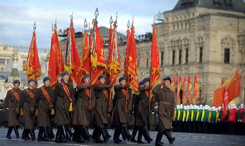 Сегодня в честь исторического военного парада проводится торжественный марш