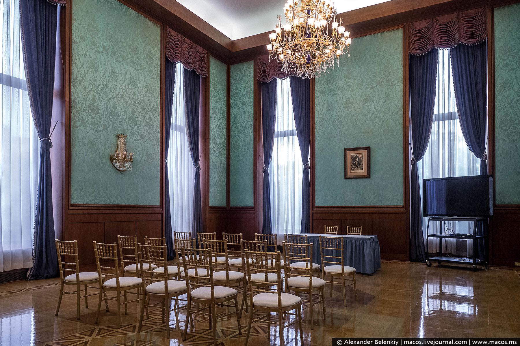 Торжественные приемы проходят не только в золотом зале, но и в четырех комнатах поменьше, каждая из