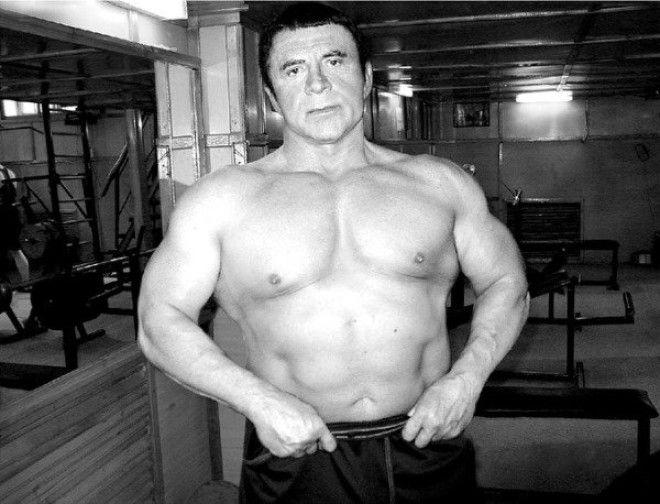 Каждый день он занимается спортом, приседает 1200 раз: 600 утром и 600 вечером, и это в 77 лет.