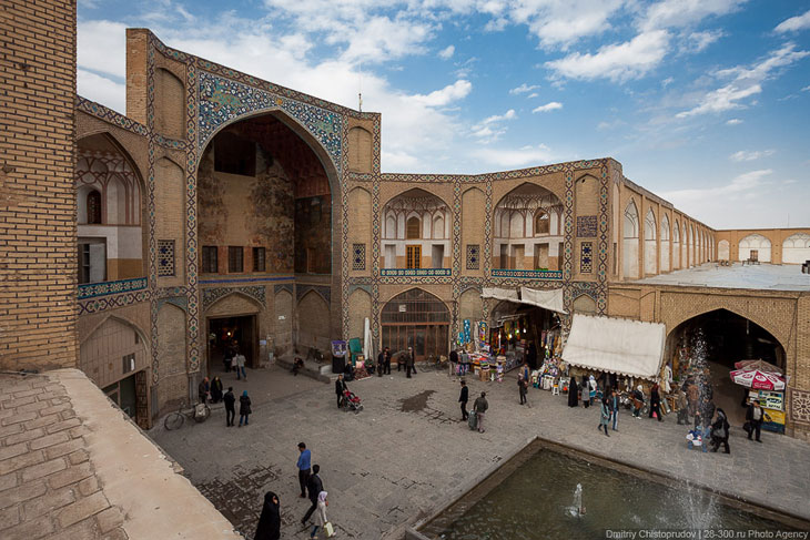 У входа на иранский базар всегда сидит группа мужиков, которые чего-то ждут. Видимо своих жен: