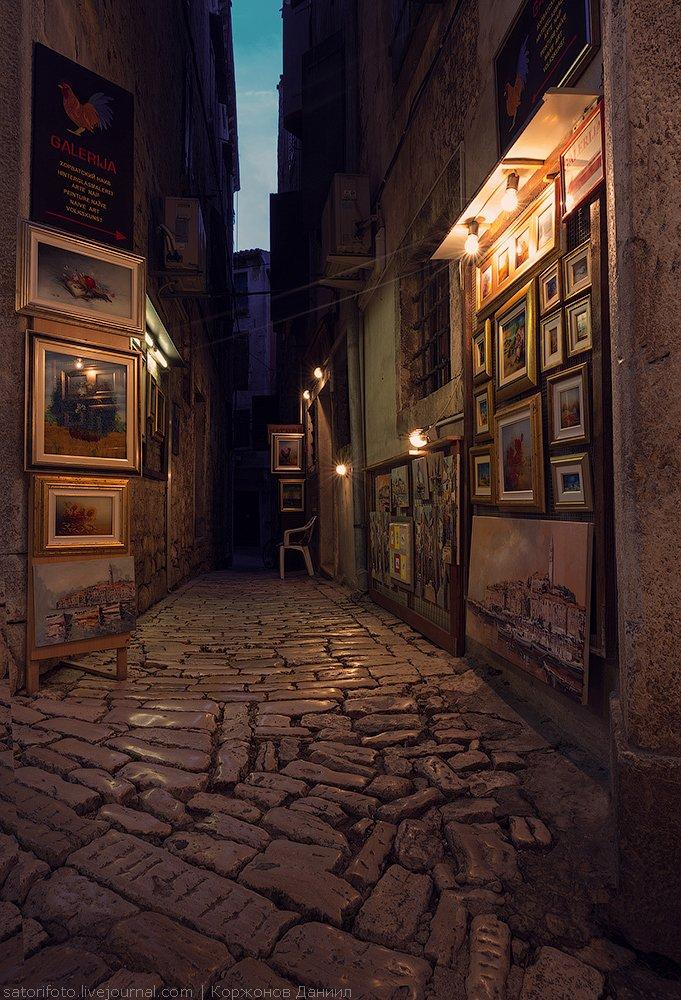 Почти все улицы рано или поздно приведут вас наверх, к храму Св. Евфемии. Самое красивое врем