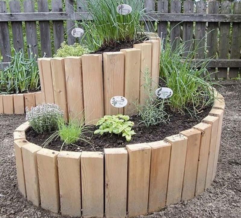 Можно попробовать сделать такую клумбу-спираль и засадить, скажем, не цветами, а пряными травами. Оч