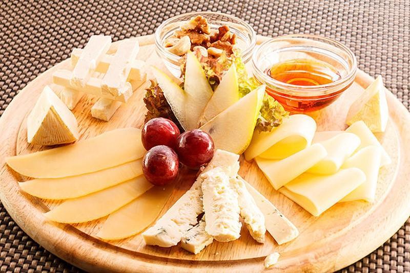 9. Ешьте сыр после тренировок. Сыры богаты аминокислотами, которые помогают восстановлению мышц. Дие