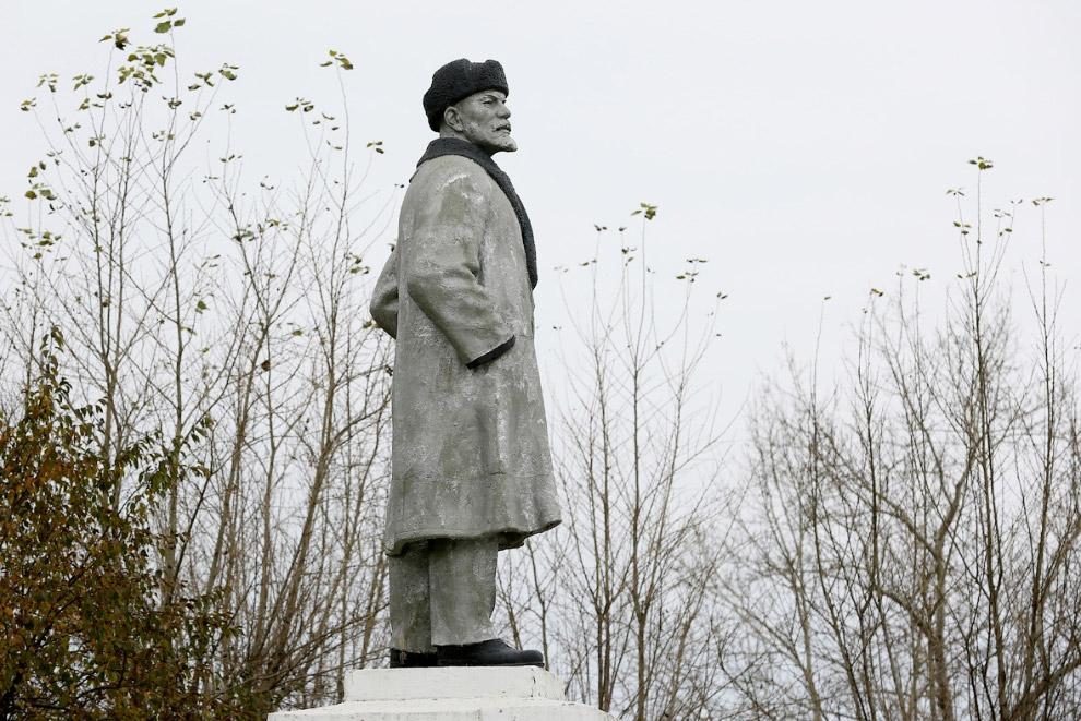 18. Ленин и Красноярская ГЭС на реке Енисей. (Фото Ilya Naymushin | Reuters):