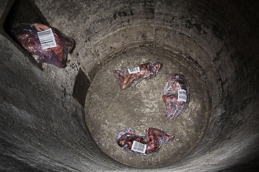 Шокирующие и отрезвляющие снимки: люди вместо животных на скотобойнях (12 фото) 18+