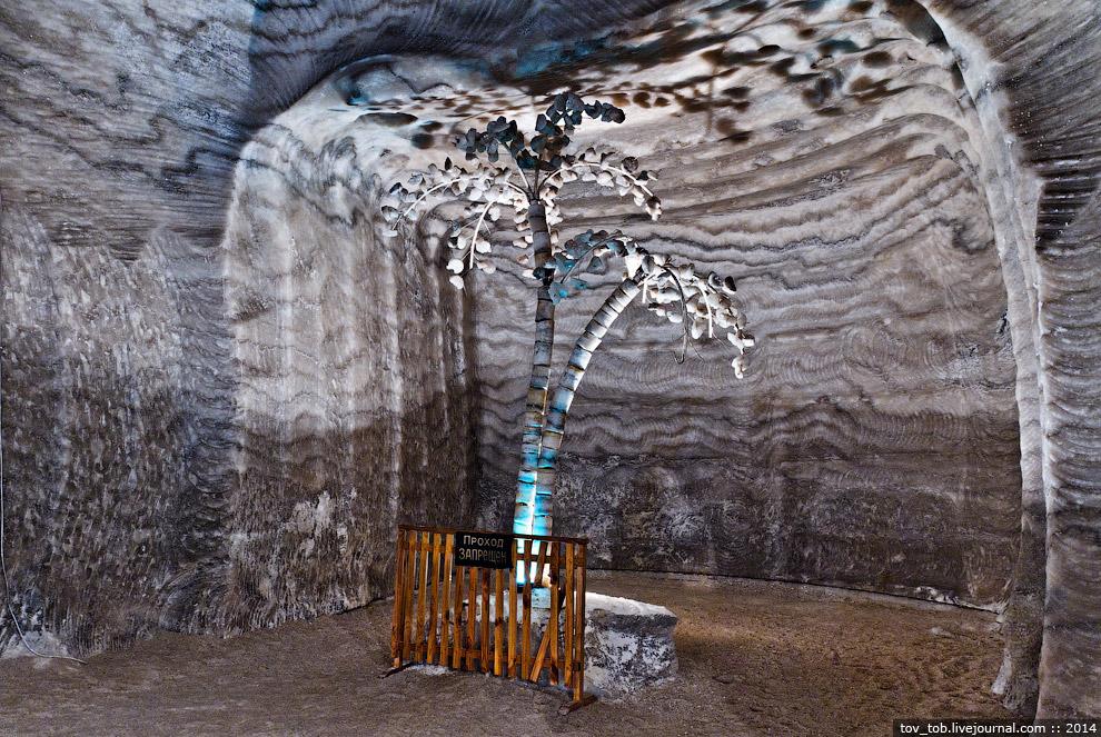 14. Вход в музей соляной промышленности. Кирпичики вокруг двери сделаны из кристаллов соли и имеют д
