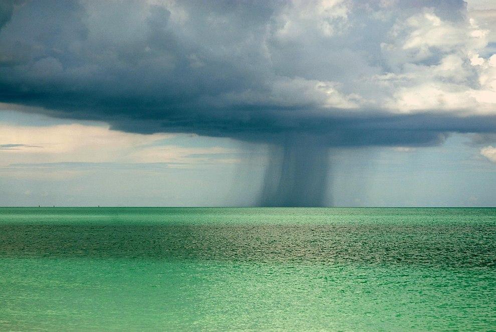 Изредка случаются сильные водяные смерчи, но в большинстве своем они слабые и вызваны столкновением