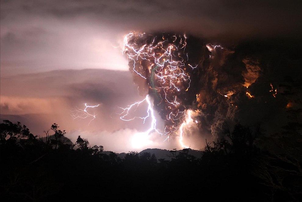 Это вызывает электростатическую ионизацию и, как следствие, очень мощные и очень частые молнии, кото
