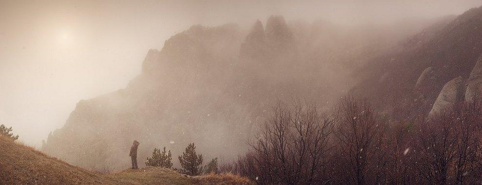 Дальше нас окутал мокрый туман в Долине Привидений. Быстро спустились до трассы, поймали автобус до