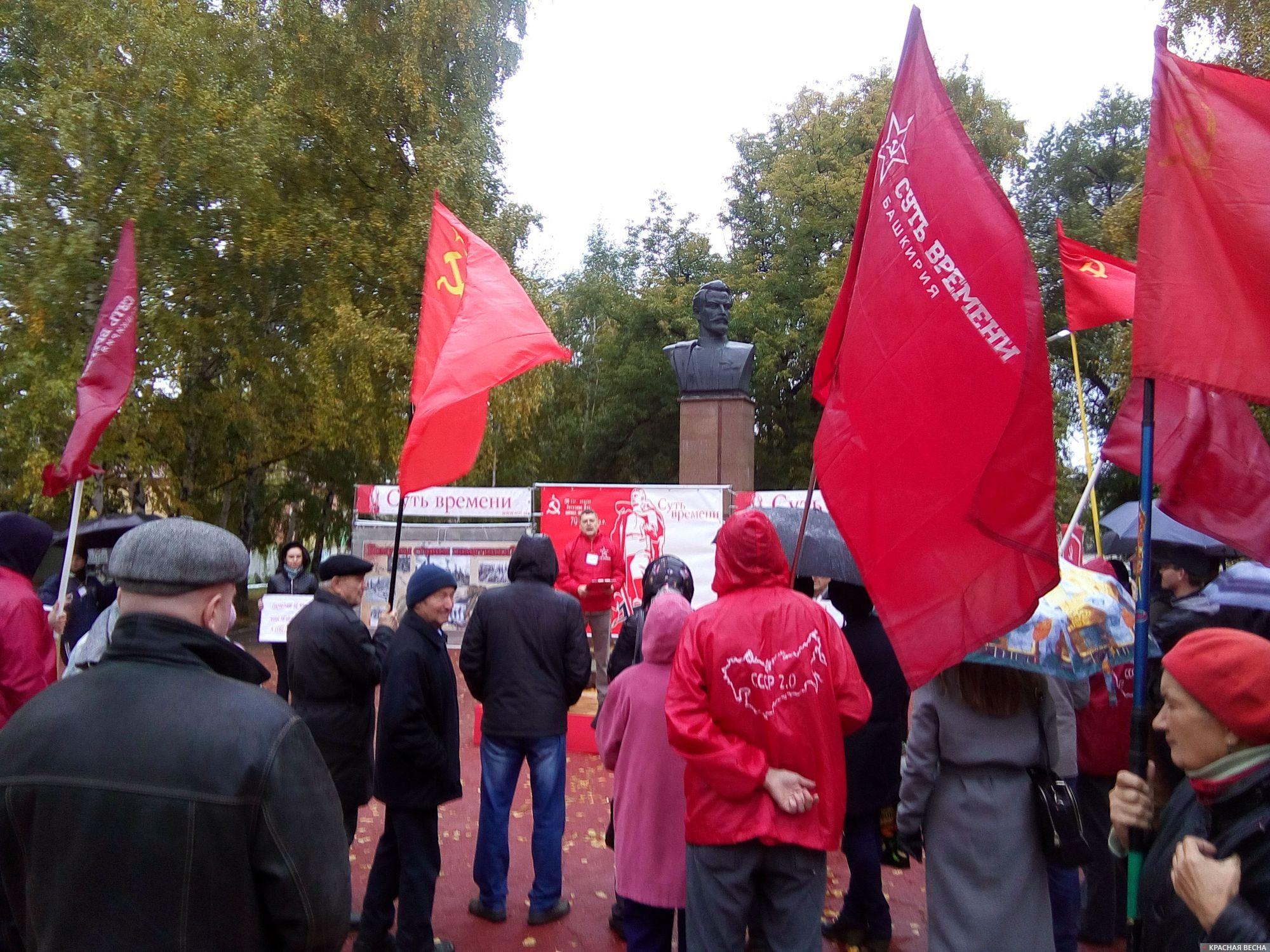 20171007_11-01-В Самаре проходит пикет против установки памятника белочехам-pic1.