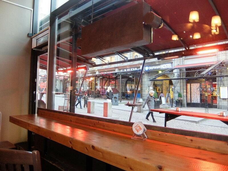 Хельсинки - Вид на улицу из бара