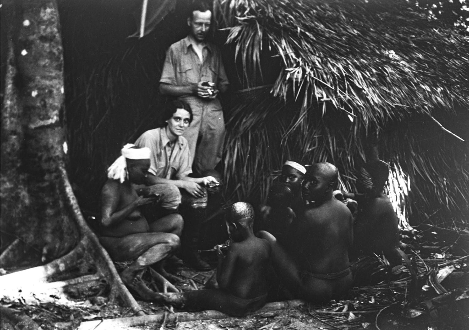 1221. Народность онге. Энджи и Эгон фон Эйкштедт вместе с группой местных жителей возле хижины