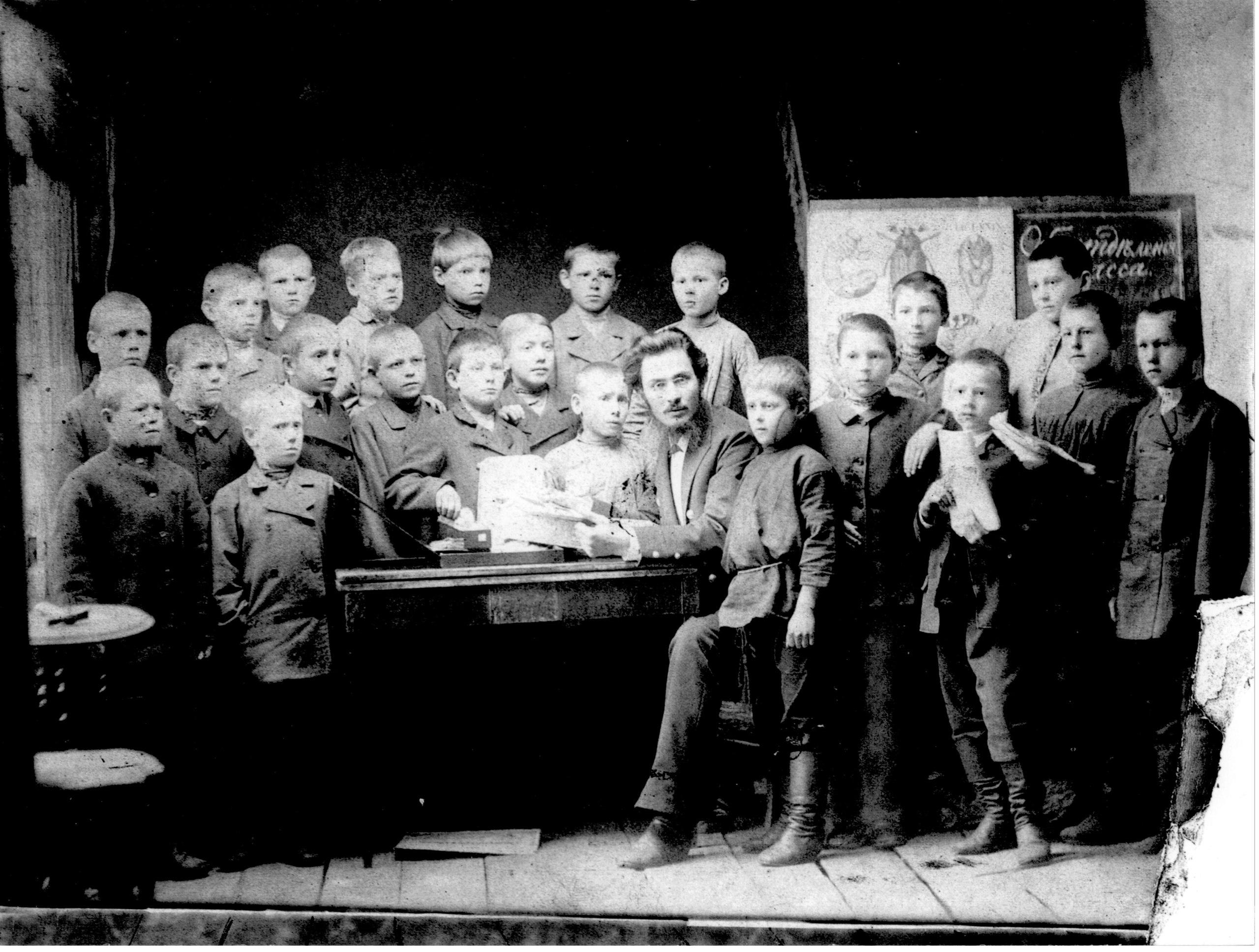 Ученики приходской школы, конец 1880х. Крайний справа - Александр Тетюев, будущий священник