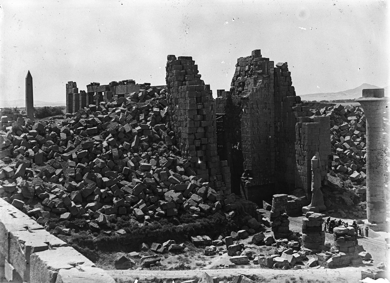 Карнак. Сильно поврежденная часть храмового комплекса