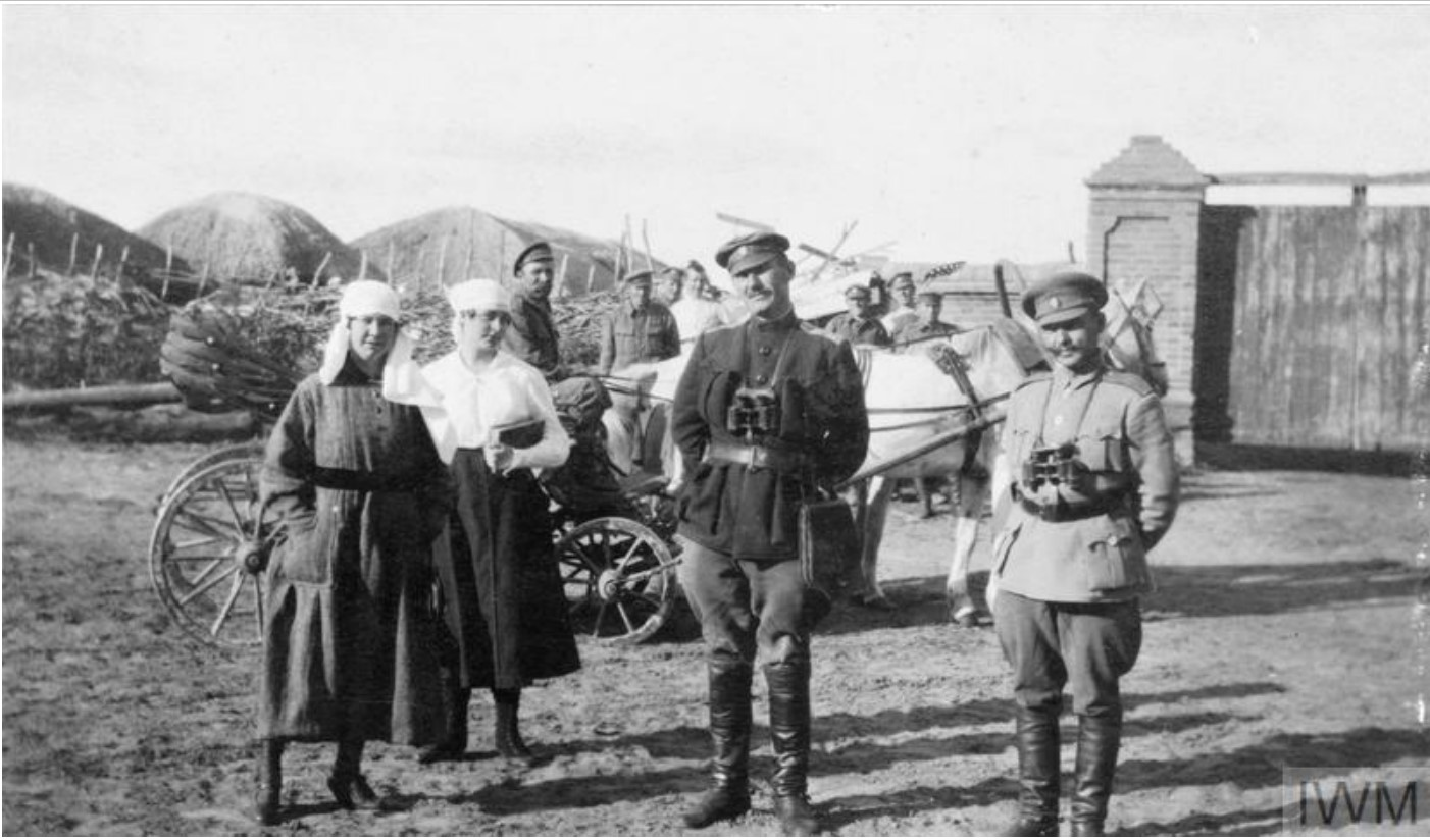 Краснянский Тихон Петрович, командующий 2-й дивизией III Донского корпуса, его начальник штаба, неназванный полковник и две сестры милосердия, лето 1919