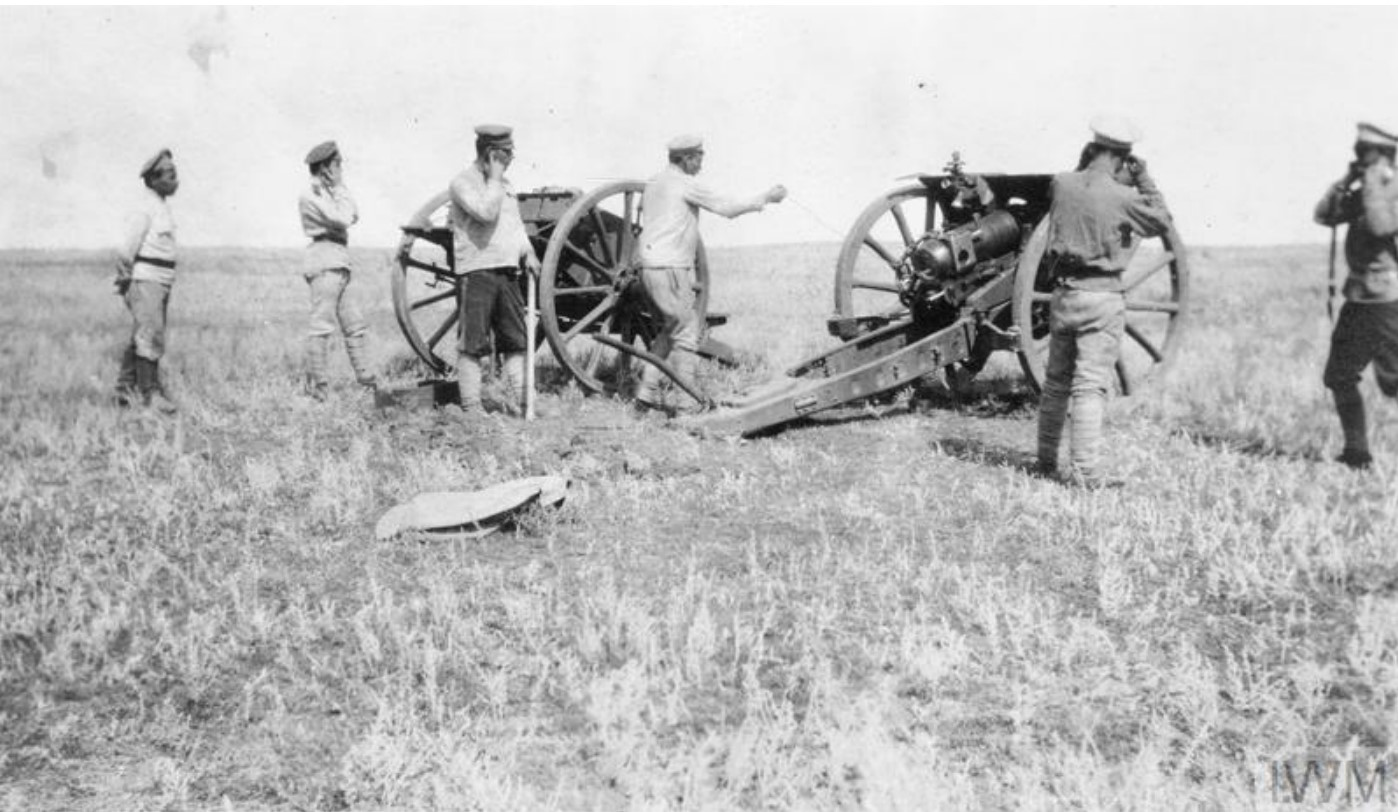 Канониры 3-й батареи, III Донский корпус, укомплектованный британскими 4,5-дюймовыми гаубицами во время учений, летом 1919