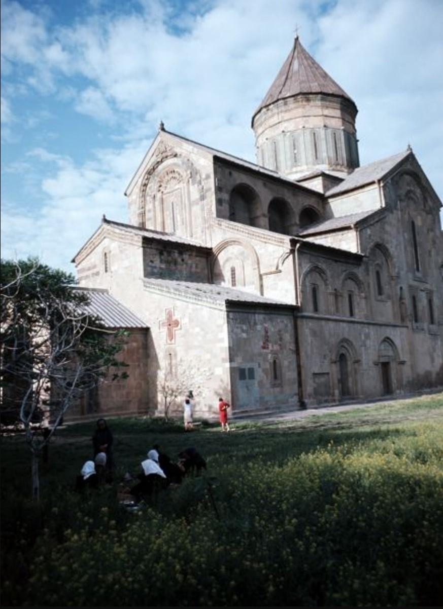 Тбилиси. Собор Цминда Самеба - самое большое церковное здание в Грузии