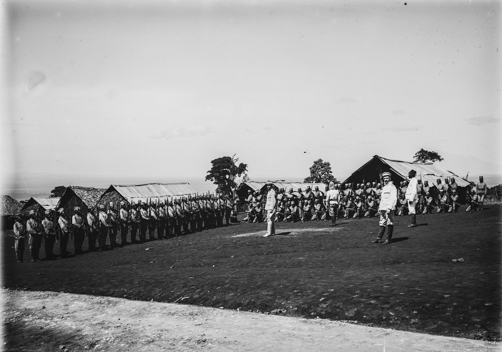 107. Станция немецкого общества Восточной Африки (ДОАГ) в Моши. Солдаты немецких колониальных войск