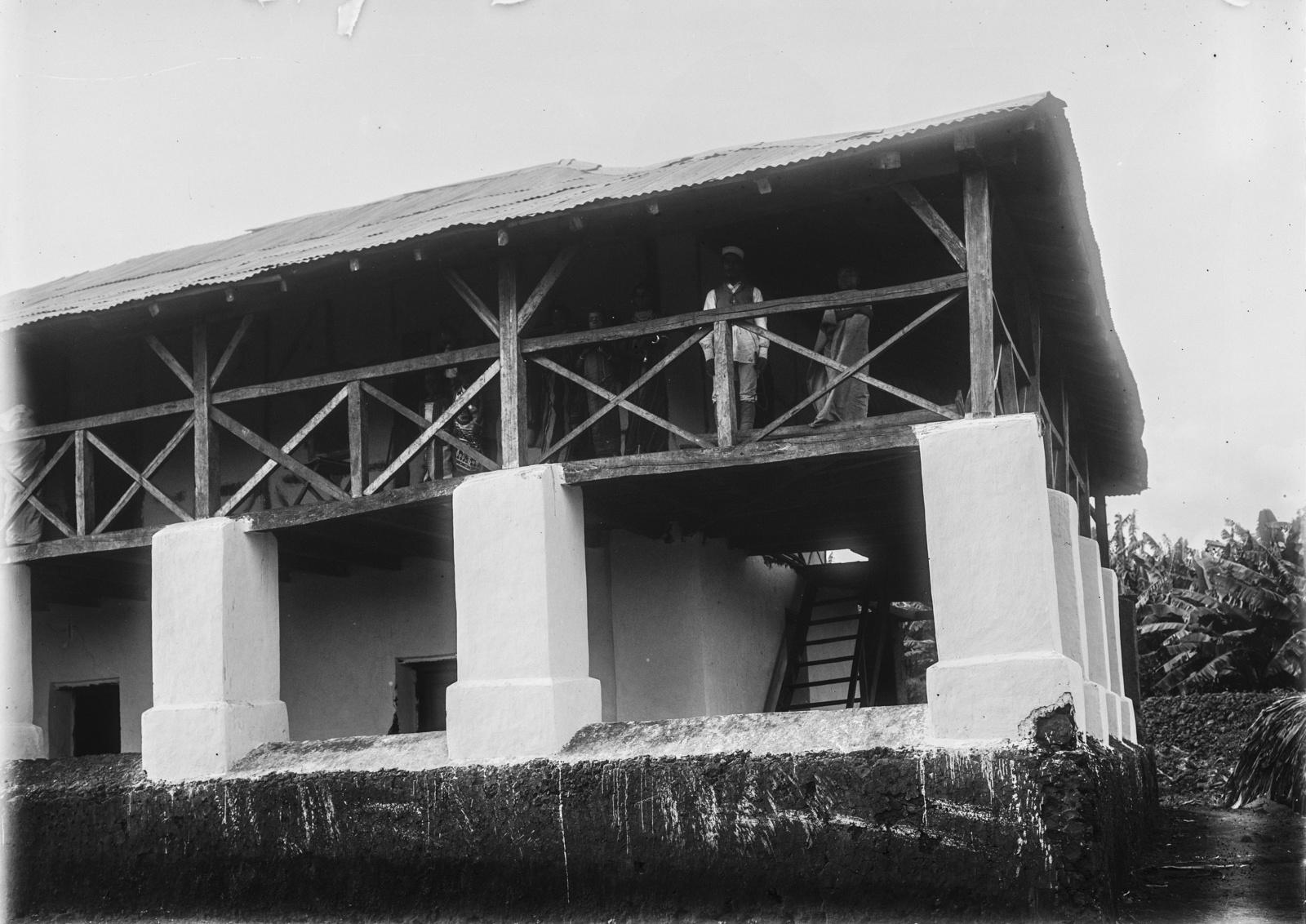 124. Станция немецкого общества Восточной Африки (ДОАГ) в Моши. Люди на верхней веранде дома