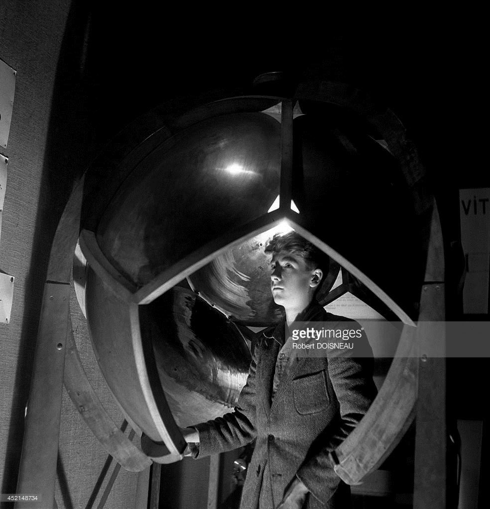 1948. Музей науки и техники «Дворец открытий» в Париже. Подросток в одном из залов музея