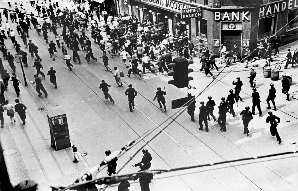 1944. Полиция разгоняет людей  во время забастовки