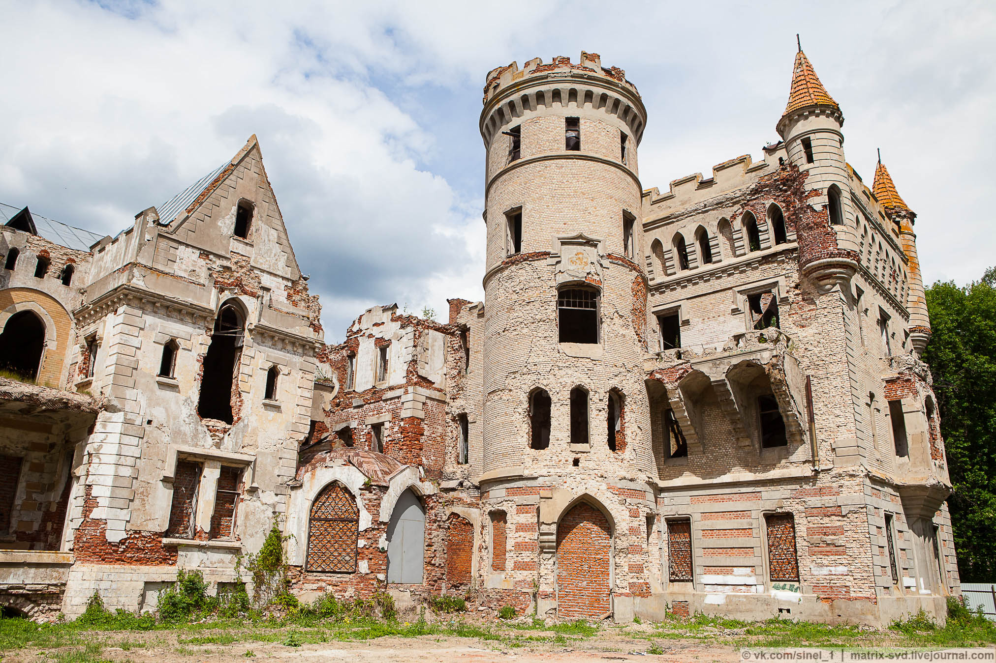 часть замок храповицкого в поселке муромцево фото радужная