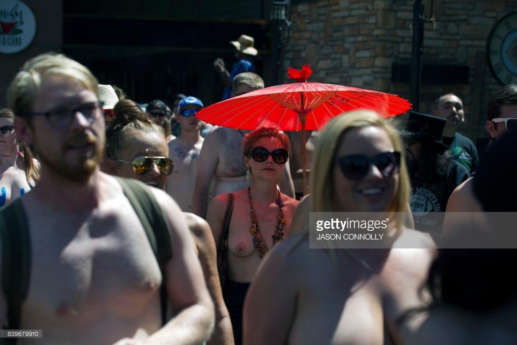 10-й ежегодной топлес парад в Нью-Йорке