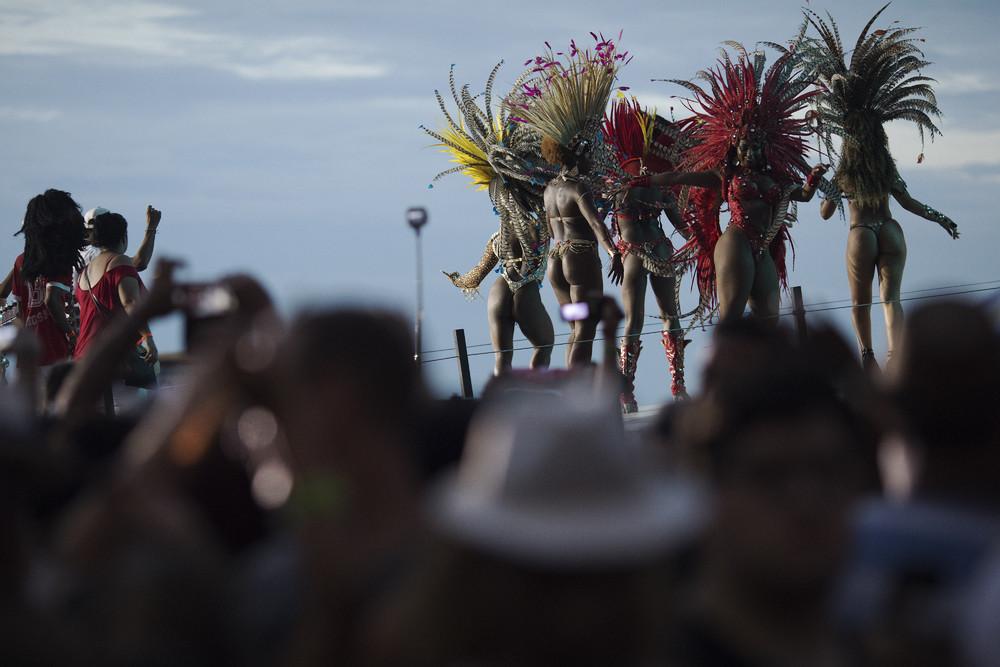 Бразильский парад школ самбы вдоль пляжа Копакабана