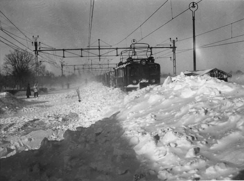 Snostormen isolerar Skane - tag pa insnoad rals 1942 Malmohus Sverige.