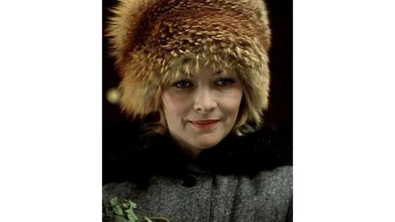 Еще одним объектом грез и модным трендом следующих лет стала объемная шапка-кубанка из рыжей лисы. В