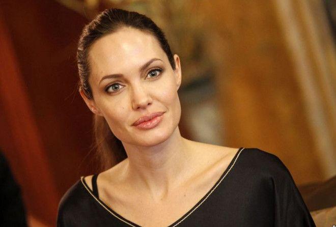 Несмотря на то, что Джоли стала все чаще появляться на публике, до недавнего времени Анджелина стара