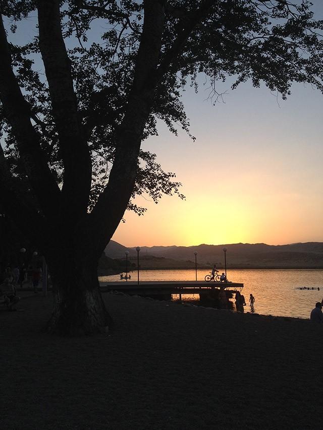 9. Озеро Лиси вечером В Тбилиси достаточно тренажёрных залов и фитнес-клубов (как дорогих, так и дос
