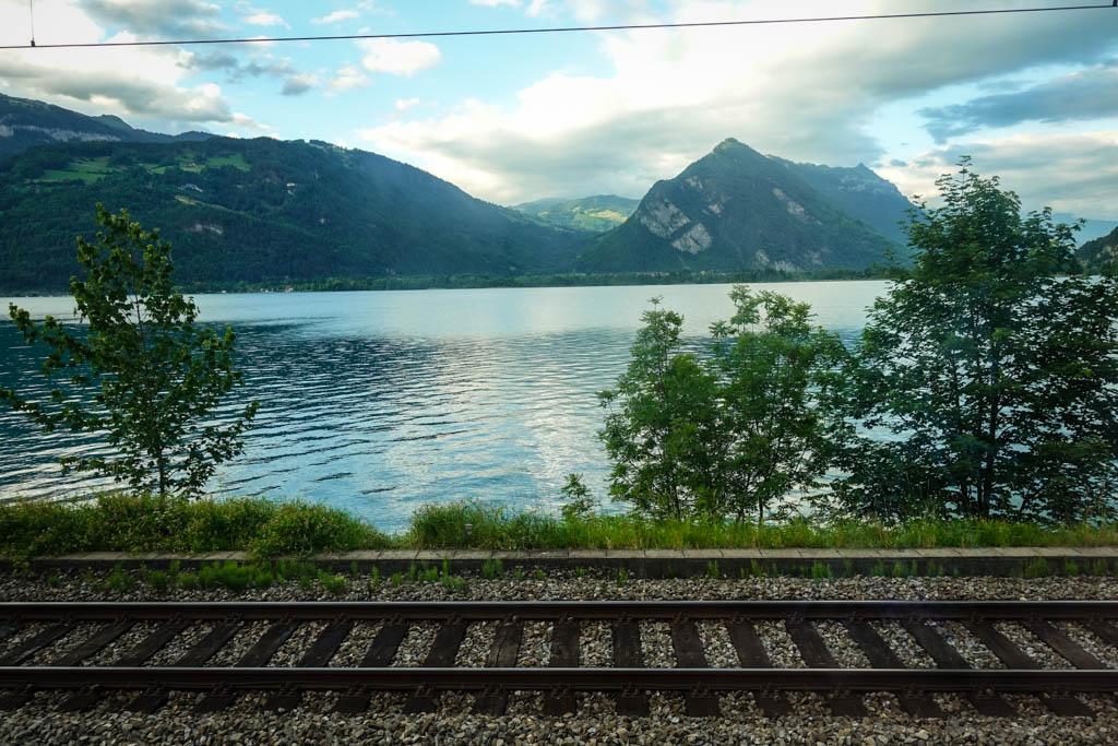 Часто железная дорога проложена прямо в паре метров от берега озера.