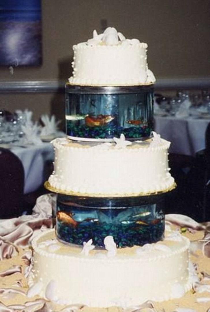 Торт с самым настоящим аквариумом и живыми рыбками.